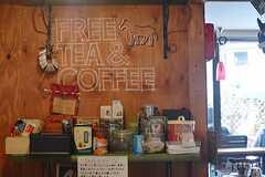 フリーのカフェスペース。自由に飲んで良いそうです。(2015-10-02,共用部,LIVINGROOM,1F)
