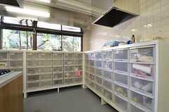部屋ごとに使用できる収納ボックスの様子。(2015-10-02,共用部,KITCHEN,1F)