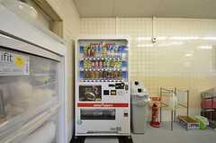 自動販売機が設置されています。(2015-10-02,共用部,KITCHEN,1F)