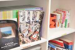 本棚ではブックシェアをしていて、ひとつの本棚をひとりの入居者さんがセレクトしています。(2015-10-02,共用部,OTHER,1F)