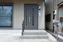 シェアハウスの玄関ドア。(2017-07-18,周辺環境,ENTRANCE,1F)