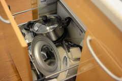 フライパンや鍋類は引き出しに収納されています。(2017-07-18,共用部,KITCHEN,1F)