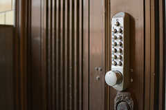 玄関の鍵はナンバー式。(2017-11-08,周辺環境,ENTRANCE,1F)