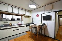 リビングの様子2。キッチンが併設されています。(2017-11-08,共用部,LIVINGROOM,1F)
