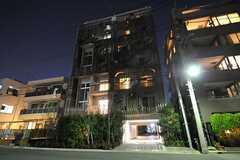 夜のマンションの外観。(2013-12-15,共用部,OUTLOOK,1F)