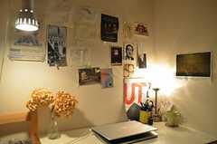 壁にはポストカートやフライヤーが飾られています。(705号室)(2013-12-15,専有部,ROOM,7F)
