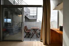 窓の先にはテーブルとイスが設置されています。(2018-09-07,共用部,LIVINGROOM,6F)