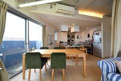 リビングから見たキッチンの様子。(2018-09-07,共用部,LIVINGROOM,6F)