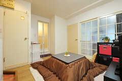 リビングの様子3。左手のドアはトイレ、トイレ脇にバスルームがあります。(2012-12-10,共用部,LIVINGROOM,6F)