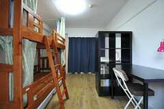 カーテンを閉めるとこんな感じ。(6051号室)(2012-12-10,専有部,ROOM,6F)