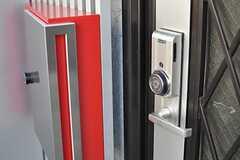 玄関の鍵はシャーロック社製。(2014-03-06,周辺環境,ENTRANCE,1F)