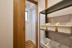 引き戸の先がバスルームの脱衣室です。右手の棚に洗面用具や洗剤を保管できます。(2017-06-25,共用部,OTHER,1F)