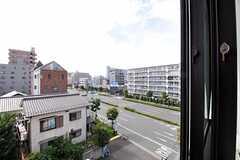 窓からの景色はこんな感じ。大通りに面しているので、二重窓になっています。(402号室)(2012-08-13,専有部,ROOM,4F)