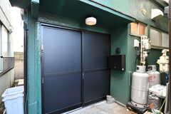 シェアハウスの玄関ドア。引き戸です。(2018-01-12,周辺環境,ENTRANCE,1F)