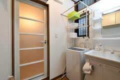 脱衣室の様子。洗面台と洗濯機が置かれています。(2018-01-22,共用部,WASHSTAND,1F)