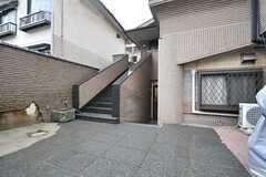 玄関へのアプローチ。階段を上がった先はオーナーさん住戸です。(2014-04-03,周辺環境,ENTRANCE,1F)