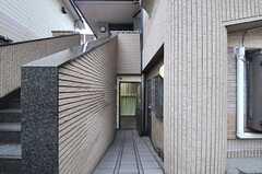 玄関へはスロープになっています。(2014-04-03,周辺環境,ENTRANCE,1F)