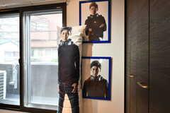 ゲーム実況で有名なStanSmith氏の等身大抱きまくらとポスターが飾られています。スポンサーさんのイメージキャラクターなのだそう。(2017-04-18,共用部,LIVINGROOM,2F)