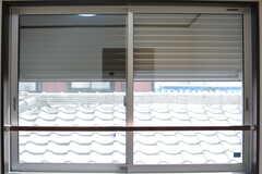窓は防犯シャッターが閉まります。(302号室)(2017-04-18,専有部,ROOM,3F)