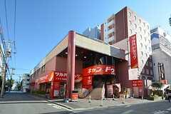 シェアハウスの外観。1Fにドラッグストア、2Fに100円ショップが入っています。シェアハウスは3階です。(2015-10-26,共用部,OUTLOOK,1F)