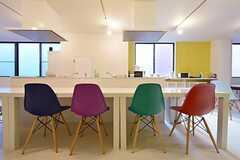 椅子もカラフル。(2015-10-26,共用部,LIVINGROOM,3F)
