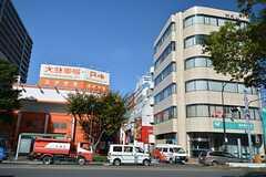 都営新宿線・船堀駅前の様子。駅前のビルには飲食店なども多く入っています。(2015-10-26,共用部,ENVIRONMENT,1F)