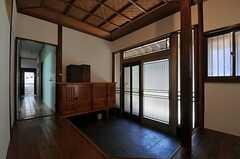 内部から見た玄関周りの様子。玄関ドアには折りたたみ式の網戸がついています。(2013-09-03,周辺環境,ENTRANCE,1F)