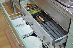 食器は引き出しに収納されています。包丁が立派。(2013-09-03,共用部,KITCHEN,1F)