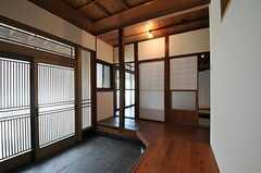 廊下の様子。玄関からすぐの場所に和室のリビングがあります。(2013-09-03,共用部,OTHER,1F)