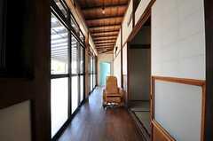 縁側が気持ち良い空間です。正面の空色のドアは103号室です。掃き出し窓からはデッキテラスに出られます。(2013-09-03,共用部,LIVINGROOM,1F)