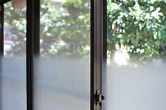 窓は一部がすりガラスです。(101号室)(2013-09-03,専有部,ROOM,1F)