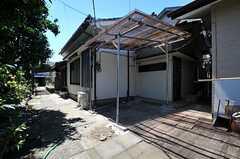 自転車置場の様子。オーナーさんの手作りだそう。(2013-09-03,共用部,GARAGE,1F)