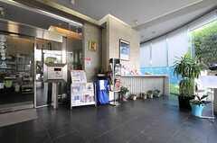 エントランスホールにはフロントがあり、共用設備やクリーニングサービスの管理を行ってくれます。また、ここより先はオートロックになっています。(2011-08-26,周辺環境,ENTRANCE,1F)