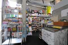 売店の様子。希望の本を取り寄せることもできるそう。アイス売り場の裏手に部屋ごとに分かれた郵便ポストがあります。(2011-08-26,共用部,OTHER,1F)