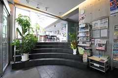 自動ドアの先はフライヤー置き場があります。階段の奥に共用のシアターラウンジがあります。共用部は土足OKです。(2011-08-26,共用部,OTHER,1F)