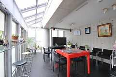 シェアハウスのシアターラウンジの様子。天井の一部が採光窓になっています。(2011-08-26,共用部,LIVINGROOM,2F)