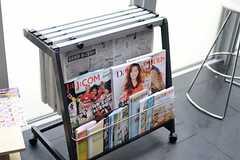 新聞や雑誌も用意されています。(2011-08-26,共用部,LIVINGROOM,2F)