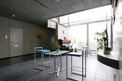 カフェラウンジの様子2。廊下には専有部が並んでいます。(2011-08-26,共用部,LIVINGROOM,2F)