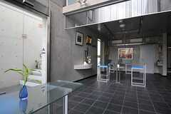 カフェラウンジの様子3。左手の階段を上ると3階のフィットネスラウンジへと続きます。(2011-08-26,共用部,LIVINGROOM,2F)