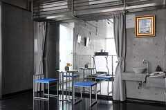 フィットネスラウンジ奥のカーテンを開けると大きな鏡になっています。(2011-08-26,共用部,OTHER,3F)