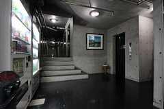 ロッカールームから廊下を眺めるとこんな感じ。右手にエレベーターが見えます。(2011-08-26,共用部,OTHER,1F)