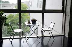 窓際にはテーブルとチェアが置かれています。(2011-08-26,共用部,OTHER,4F)