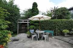 エントランス周辺にはパラソルの立ったテーブルセットがあります。  (2011-08-26,共用部,OTHER,1F)