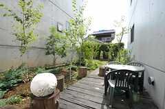 廊下から出られる中庭の様子。利用の際はフロントで鍵を借りてくださいませ。(2011-08-26,共用部,OTHER,1F)