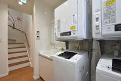 キッチンの対面に洗濯機と乾燥機、洗面台が並んでいます。(2016-07-28,共用部,LAUNDRY,1F)