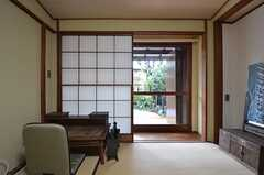 商事を開けると、掃出窓から縁側に出られます。(101号室)(2015-04-08,専有部,ROOM,1F)