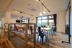 ラウンジの一部では英会話のワークショップが行われるスペースとなっています。(2014-11-04,共用部,LIVINGROOM,1F)