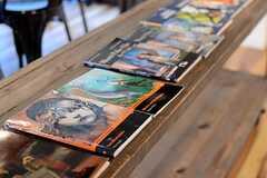棚には、英語のヒアリングに向けたオーディオブックが並んでいます。(2014-11-04,共用部,LIVINGROOM,1F)