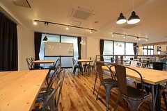 英会話のワークショップ用のホワイトボードが設置されています。(2014-11-04,共用部,LIVINGROOM,1F)