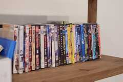 映画のDVDがいくつか置かれています。(2014-11-04,共用部,LIVINGROOM,1F)